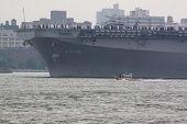 HOBOKEN, NJ el 23 de mayo: El buque de guerra USS Wasp (LHD 1) navega en el río Hudson más allá de Manhattan durante th