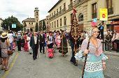 GRANADA, España - 19 de mayo: Hermandad del Rocío de Granada al principio de la peregrinación a El Rocío o