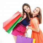 mooie gelukkig tiener meisjes met gekleurde winkelen verkoop zakken over white