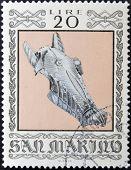selo imprimido em San Marino dedicado para armas antigas do Museu Cesta mostra armadura de cabeça de cavalo