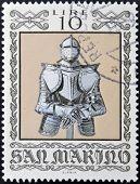 selo imprimido em San Marino dedicado para armas antigas do Museu Cesta mostra Armour alemão