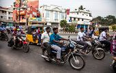 THANJAVUR, INDIA - 13 de febrero: Jinetes indios montar motocicletas en carretera muy transitada en 13 de febrero de 2010 en T