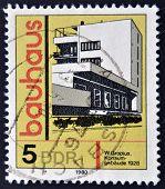 Eine Briefmarke gedruckt in DDR (DDR) zeigt Gebäude Ehren Bauhaus Architektur-Schule