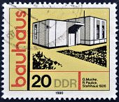 Eine Briefmarke gedruckt in DDR zeigt Gebäude zu Ehren Bauhaus Architektenschule Stahl-Gebäude