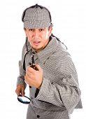 Curiosa pipa de Sherlock Holmes y la lupa aislado en blanco