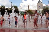 Kids Get Wet Playing In Atlanta Fountain