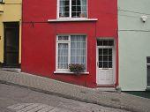 Casa geminada de vermelho