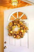 Grinalda de outono em uma porta aberta