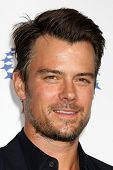 LOS ANGELES - OCT 14:  Josh Duhamel arriving at the Clinton Foundation