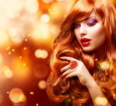 Golden Fashion Girl Portrait.Wavy Red Hair. Ouro Background.Holiday piscando