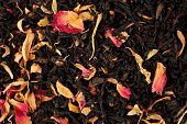 aromática chá seco preto com frutas e pétalas, close-up