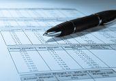 Pluma y números financieros