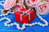 Rose en cadeau doos op blauw doek