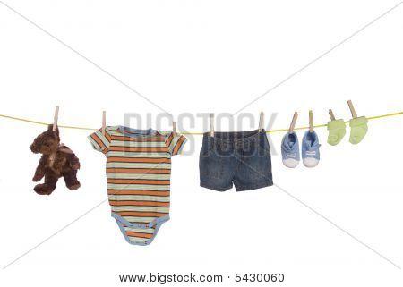 Постер, плакат: Детская одежда висит на веревках, холст на подрамнике