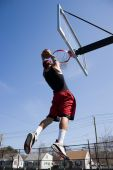 Mann die Basketball Dunks