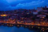 antigua ciudad de Oporto en la noche, Portugal