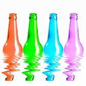 Conjunto de garrafas de cerveja de vermelho, verde, azul e rosa. Isolado no fundo branco, refletindo na água
