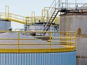 Grupo de tanques de almacenamiento de acero grande en Refinería