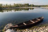 Piroge an einem Fluss