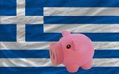 Reich Sparschwein und Nationalflagge Griechenlands