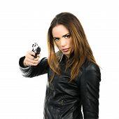 Jovem e bela mulher segurando uma arma em fundo branco