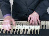 Musiker spielen Hammond-Orgel