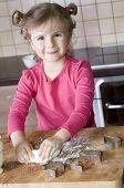 Para hornear galletas de Navidad linda chica