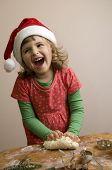Linda chica haciendo galletas de Navidad