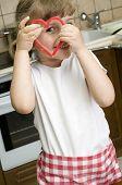 Linda chica haciendo galletas