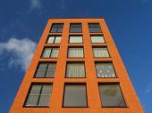 Moderne Wohnung Ziegelhaus gegen blauen Himmel