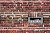 Postbox in bakstenen muur