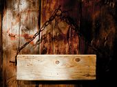 Tabuleta velha, placa, pendurado na cadeia