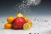 Studioaufnahme von verschiedenen Früchten mit Wasserspritzer von Broncolor Grafit a4 eingefroren