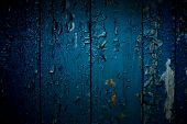 Fechamento em painéis de madeira azuis da cerca