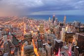 Chicago downtown luchtfoto in de schemering met wolkenkrabbers en de skyline van de stad in Michigan lakefront.