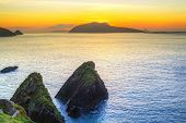 Pôr do sol sobre a Baía de Dunquin, na Península de Dingle, Irlanda, Co.Kerry