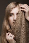 mulher loira bonita com véu de gunny no rosto