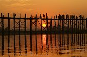 U-Bein-Brücke bei Sonnenuntergang in Amarapura in der Nähe von Mandalay, Myanmar (Birma)
