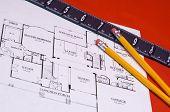 Lineal und Bleistifte auf Haus floorplan