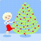 Joven decorar un árbol de Navidad