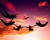 parashutist subindo no céu