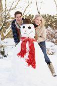Adolescente edifício casal boneco de neve