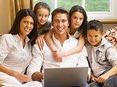 Família hispânica, compras on-line
