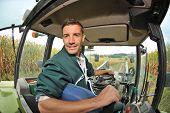 Agricultor conduzir o trator em campo de milho