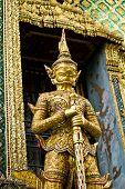 Stand gigante em torno de Pagode da Tailândia