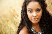 Retrato de la joven mujer africana