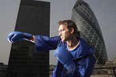 Seitenansicht des männlichen Boxer Stanzen Luft gegen Innenstadt von Gebäuden in London