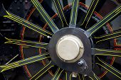 Cerca de una rueda de locomotoras de vapor