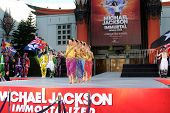 LOS ANGELES - 26 de JAN: Cirque du Soleil imortal trupe executar no Michael Jackson Immortalized