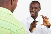 Afrikaanse apotheker voorschrijven geneeskunde